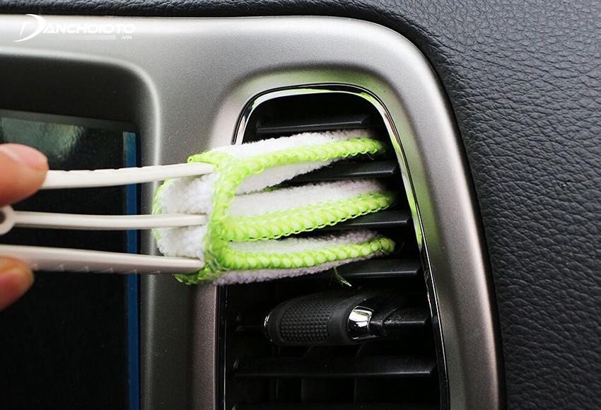 Hiện có một số loại dụng cụ có thiết kế thông minh giúp vệ sinh cửa gió điều hoà ô tô rất tiện