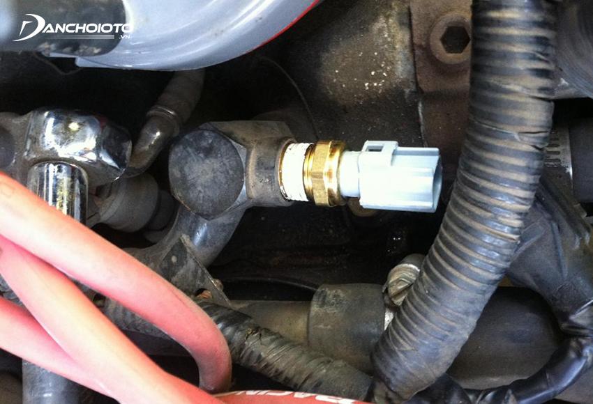 Khi cảm biến nhiệt động nước làm mát bị lỗi, xe thường hao nhiên liệu hơn bình thường, đạp ga xe bị giật