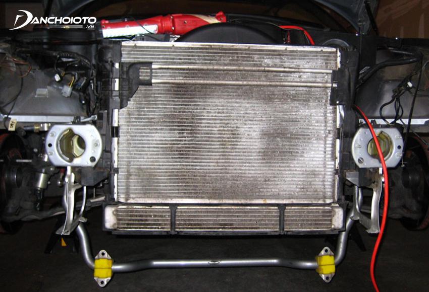 Khi dàn nóng bị bám quá nhiều bụi bẩn sẽ ảnh hưởng nhiều đến hiệu quả làm lạnh của điều hoà ô tô