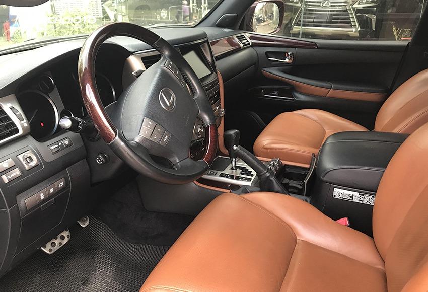 Khi kiểm tra nội thất ô tô cũ cần quan sát tỉ mỉ từng chi tiết trong xe
