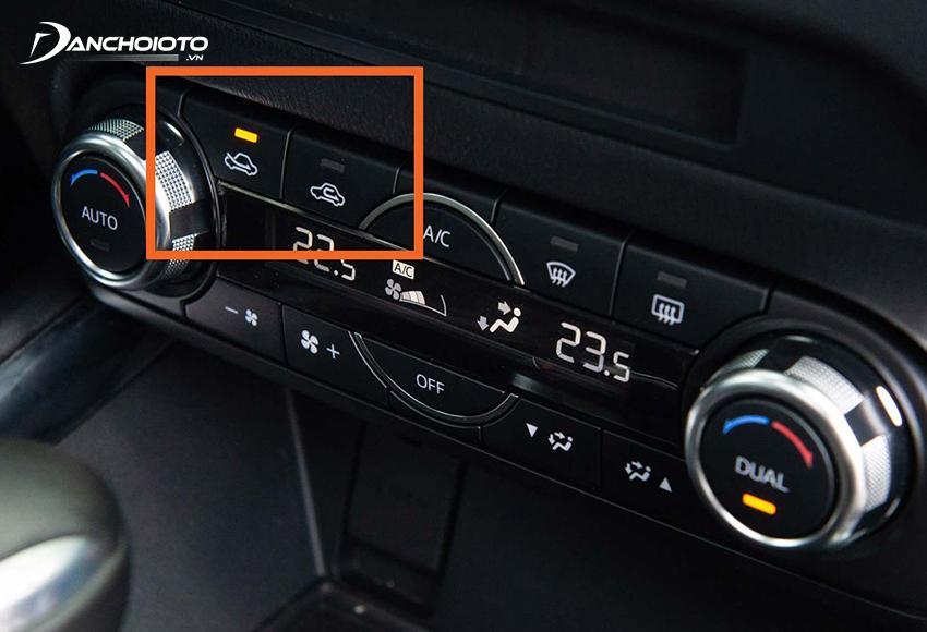 Khi vừa vào xe, bắt đầu khởi động máy nên bật điều hoà ở chế độ lấy gió ngoài