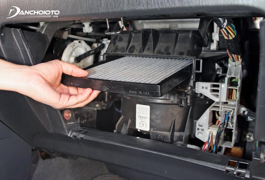 Lọc gió điều hoà ô tô thường nằm ở phía trong hộp đựng đồ ở taplo bên ghế phụ