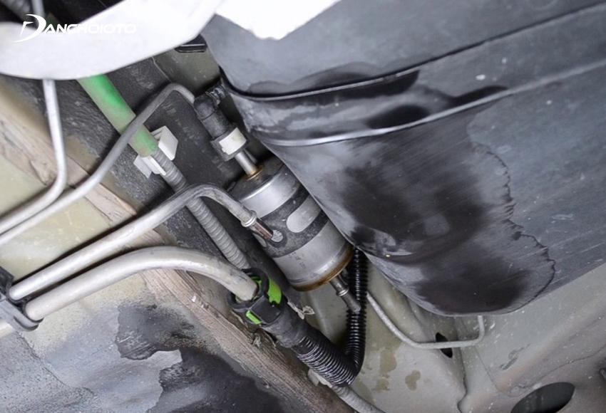 Lọc nhiên liệu bị tắc nghẽn có thể gây tình trạng xe bị giật khi lên ga