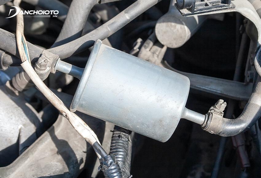 Lọc xăng ô tô thường nằm ở khoang động cơ hoặc gần bình xăng