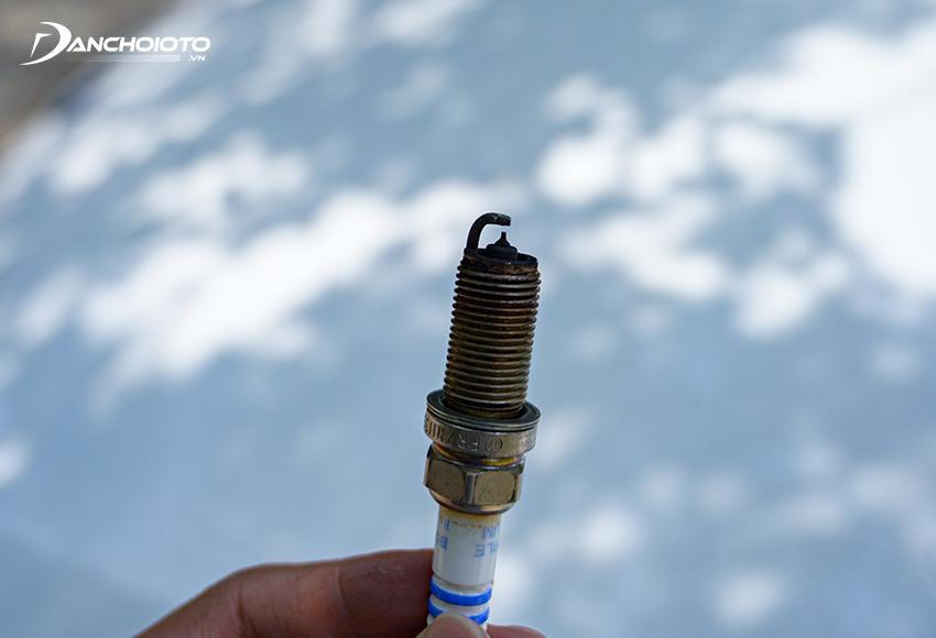 Lỗi xe báo đèn Check Engine thường do bugi xảy ra trục trặc