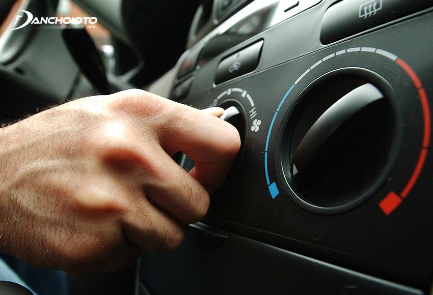 Nên tắt máy lạnh và bật quạt gió 2 -3 phút trước khi tắt máy xe