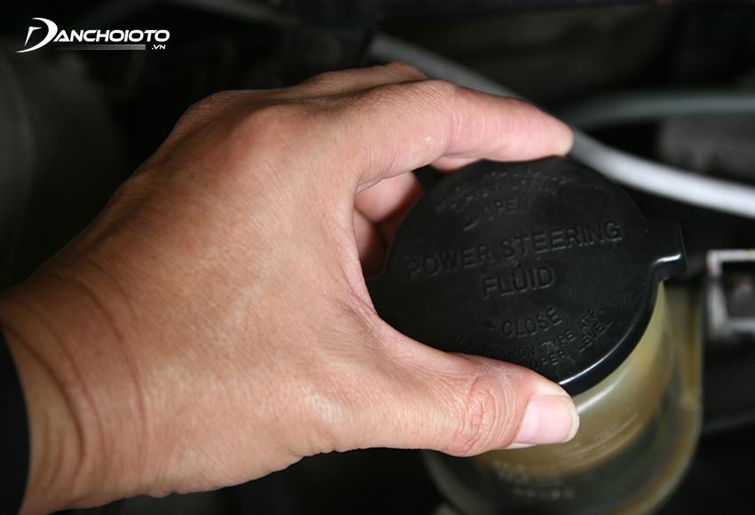 Nên thay dầu trợ lực lái định kỳ sau mỗi 60.000 – 80.000 km