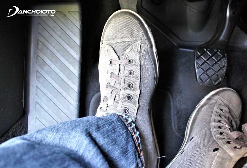 Nếu hành trình tổng cộng của chân côn ô tô thấp hoặc cao hơn bình thường cần cân bằng