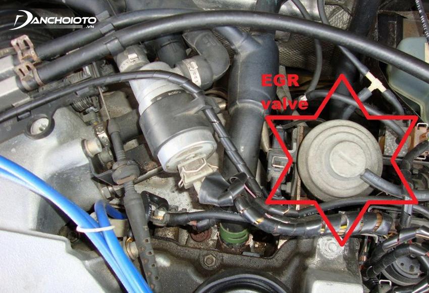 Nếu van tuần hoàn khí thải bị kẹt mở, khí xả sẽ liên tục tràn vào buồng đốt, khiến xe bị rung giật lúc khởi động hay khi chạy tốc độ thấp