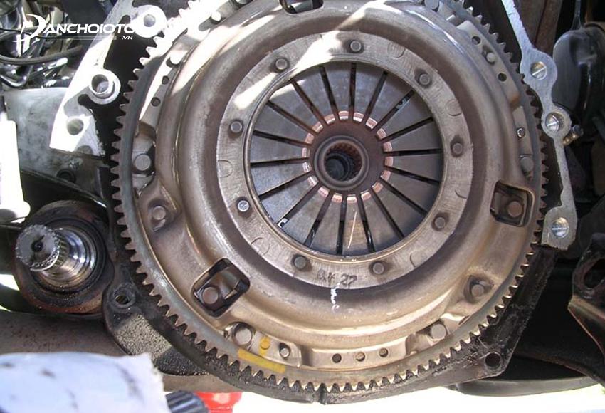 Nguyên nhân xe ô tô nhả côn bị giật có thể do lò xo giảm chấn gãy, đĩa ép bị nứt…
