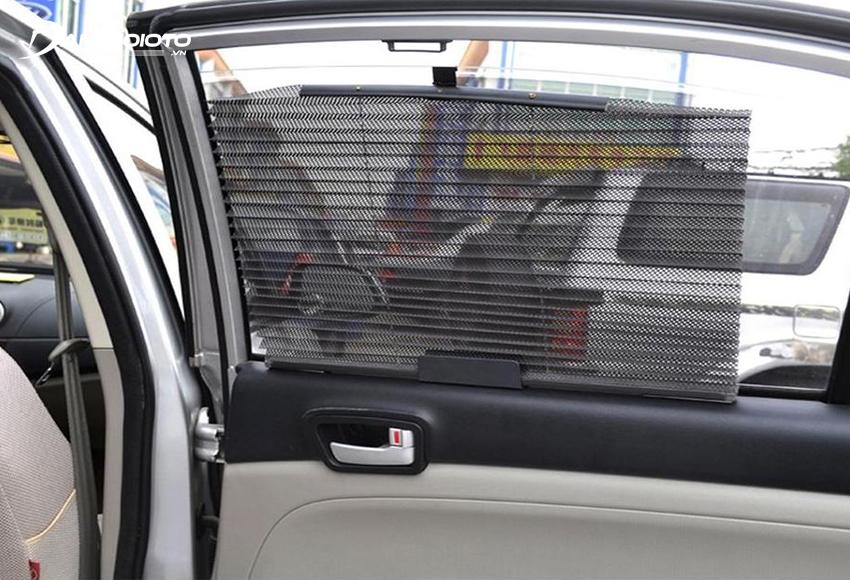 Rèm kéo chắn nắng kính hông ô tô được xếp giống hình quạt giấy