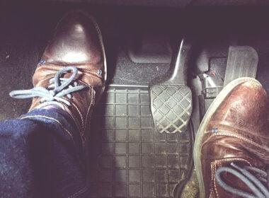 xe bị kẹt chân côn