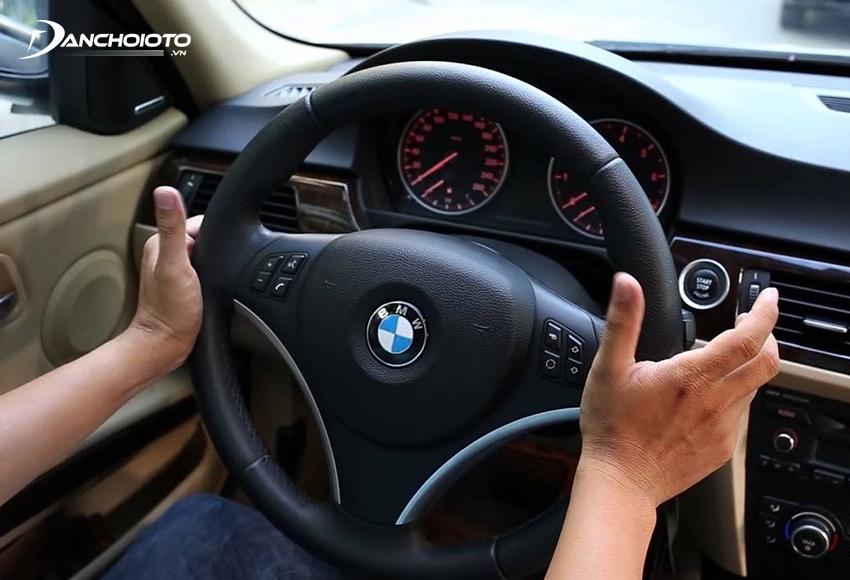 Xe bị lệch tay lái có thể do xe bị nhao lái hay bị va chạm làm ảnh hưởng hệ thống lái