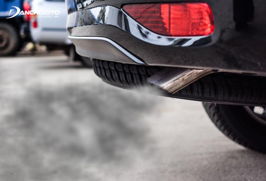 Xe thải nhiều khói, khói đen là một trong các dấu hiệu lọc xăng ô tô bị tắc