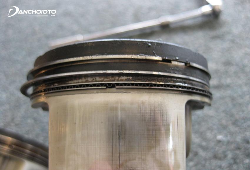 Dầu lọt vào buồng đốt sẽ gây ra hiện tượng xe ô tô hao dầu