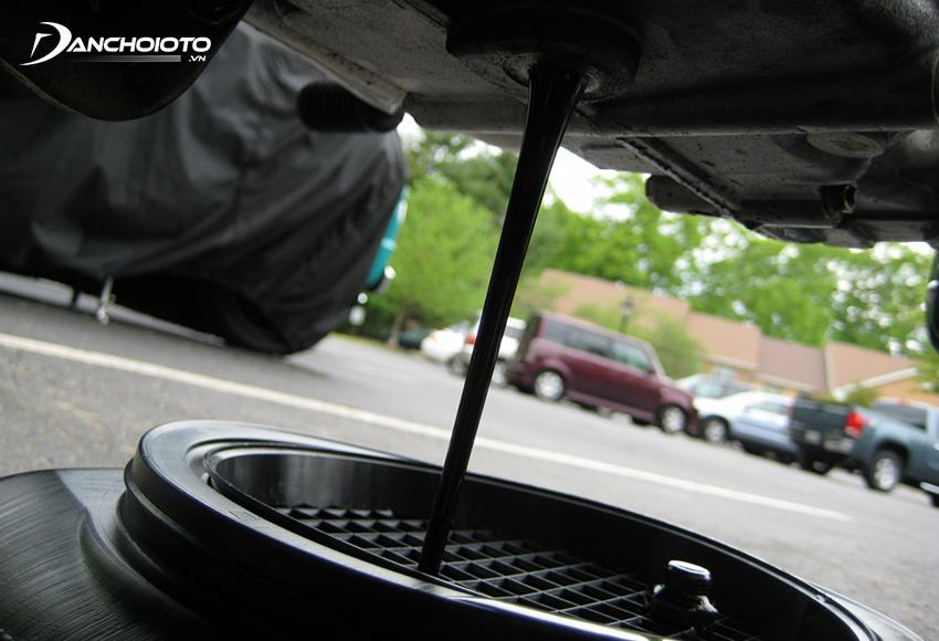 Dầu nhớt ô tô có công dụng làm sạch các muội, mạt kim loại sản sinh ra khi động cơ vận hành