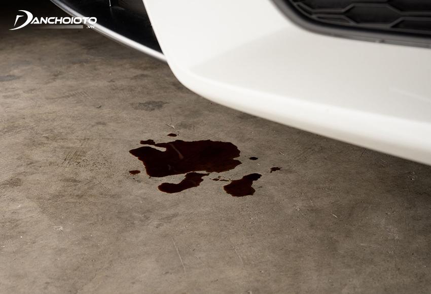 Dầu nhớt xe bị rò rỉ là một trong các nguyên nhân khiến xe hao dầu hơn bình thường