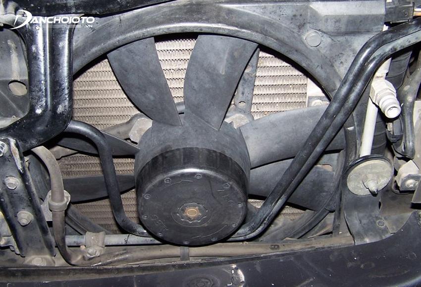 Két nước bẩn sẽ bị tắt khiến việc làm mát không hiệu quả, dẫn đến xe bị quá nhiệt