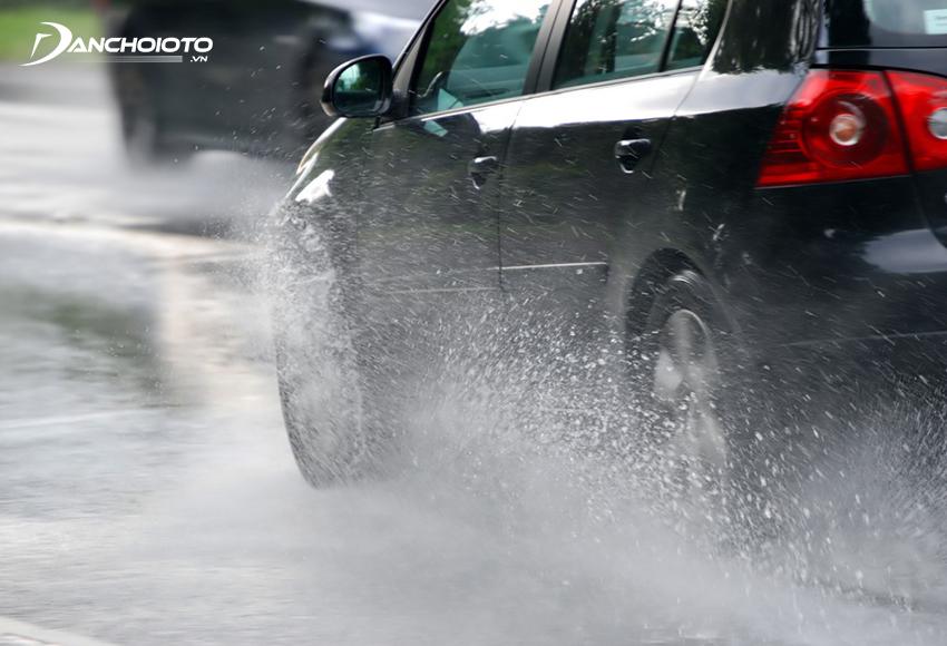 Khi di chuyển đường trơn trượt nên chủ yếu giảm tốc độ
