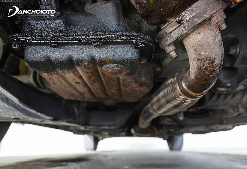 Khi thấy xe ô tô bị chảy dầu dưới gầm nên kiểm tra và xử lý càng tốt