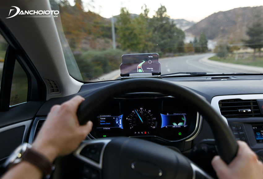 Màn hình HUD ô tô (Head Up Display) là một loại thiết bị giúp hiển thị các thông tin trên kính lái