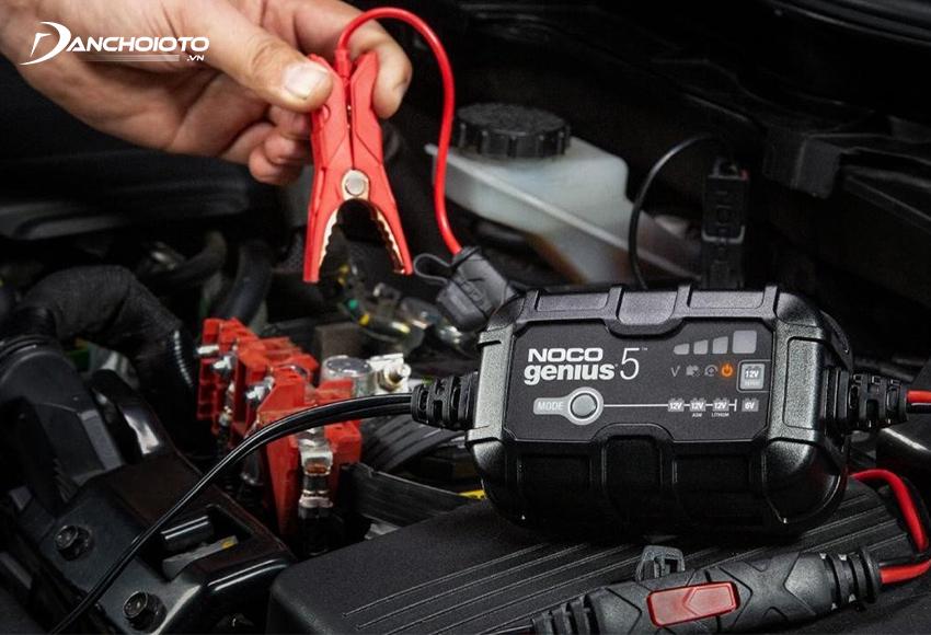 Máy sạc ắc quy ô tô giúp nạp điện để kích nổ ô tô khi bình ắc quy bị trục trặc không thể đề nổ xe