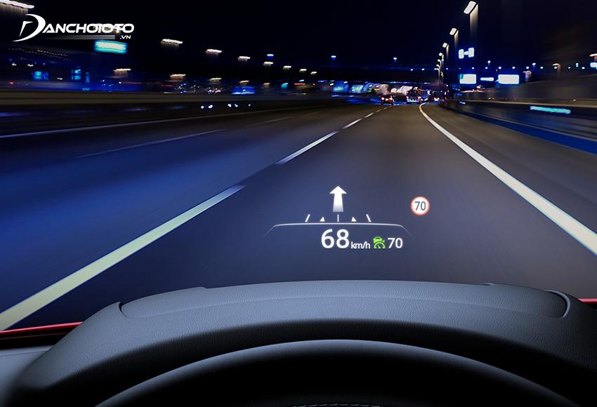Nhờ màn hình HUD, người lái có thể liên tục theo dõi tốc độ xe