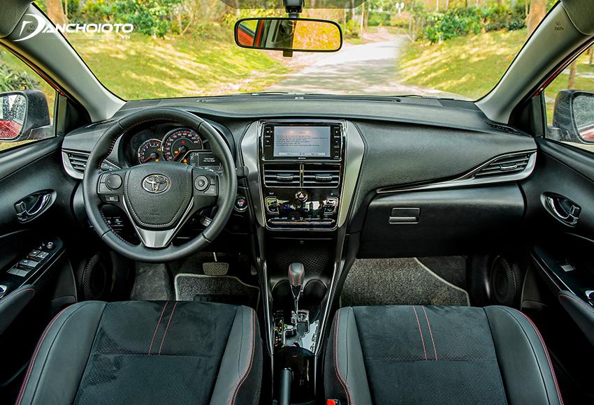 Toyota Vios GR-S có nội thất màu đen viền chỉ đỏ thể thao