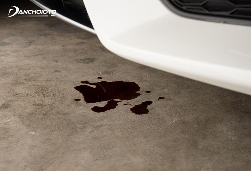Xe ô tô bị chảy dầu dưới gầm là một trong các dấu hiệu xe bị hao dầu