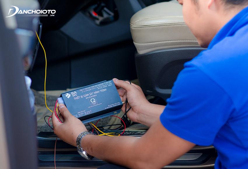Định vị ô tô có dây là loại thiết bị định vị sử dụng nguồn điện ắc quy trên xe thông qua kết nối dây dẫn