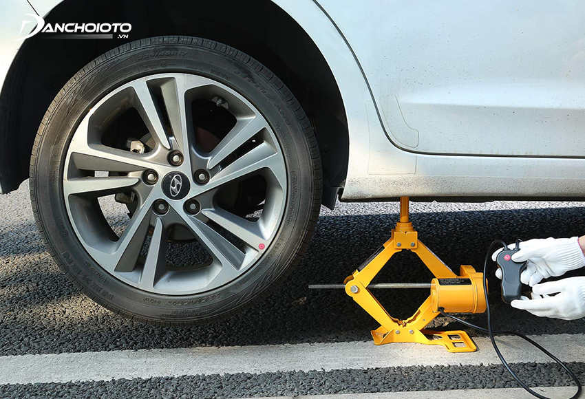 Dựa vào trọng lượng xe của mình mà người mua có thể chọn loại kích ô tô có tải trọng phù hợp