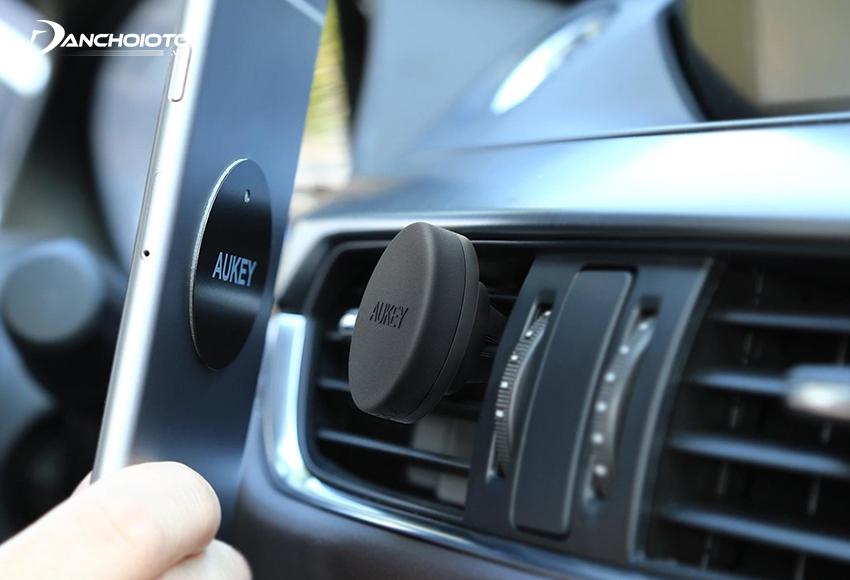 Dùng giá đỡ điện thoại nam châm trên xe hơi phải dán thêm miếng nam châm ở mặt sau điện thoại