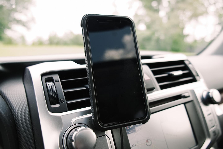 Giá đỡ điện thoại kẹp khe điều hoà ô tô giúp cố định khá chắc chắn