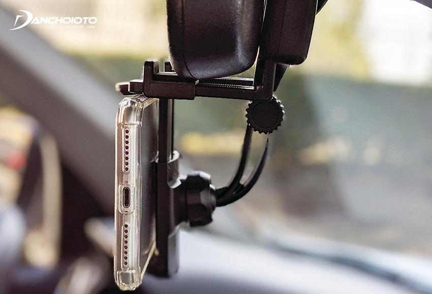 Giá đỡ điện thoại treo gương chiếu hậu phù hợp với những người lái thích đặt điện thoại ở tầm nhìn hơi cao
