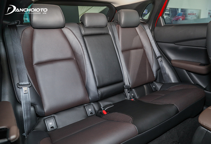 Hàng ghế sau Mazda CX-3 2021 có đầy đủ tựa đầu 3 vị trí và bệ để tay trung tâm