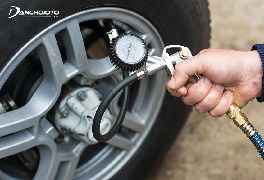 Khi áp suất lốp thấp, lực cản lăn bánh sẽ tăng cao, đòi hỏi động cơ hoạt động mạnh hơn, khiến xe chạy hao xăng