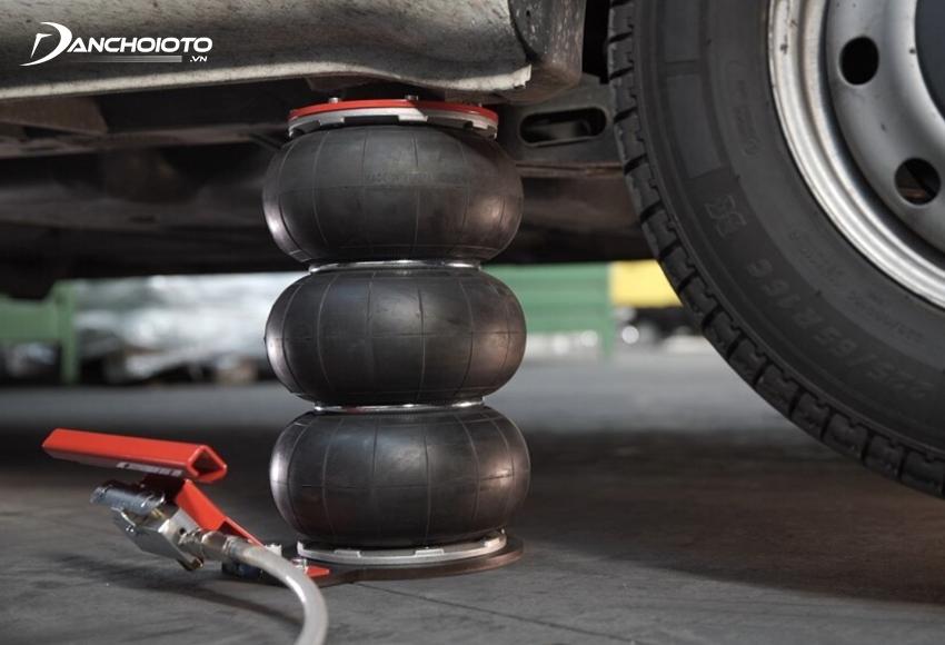 Kích bóng hơi là loại kích bằng điện nhưng hoạt động theo nguyên lý tạo khí nén làm căng phồng các bóng hơi để nâng gầm xe