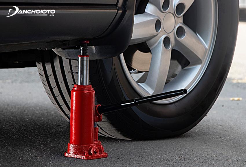 Kích ô tô thuỷ lực là loại kích gầm xe tận dụng sức đẩy của áp suất dầu thuỷ lực để nâng gầm xe