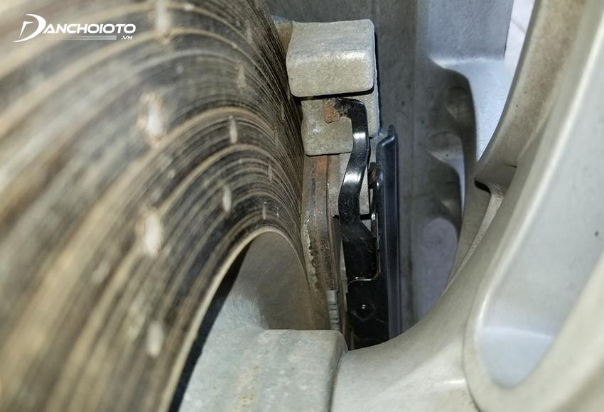 Má phanh, đĩa phanh bị mòn hay cong vênh sẽ khiến xe ô tô bị rung khi đạp phanh