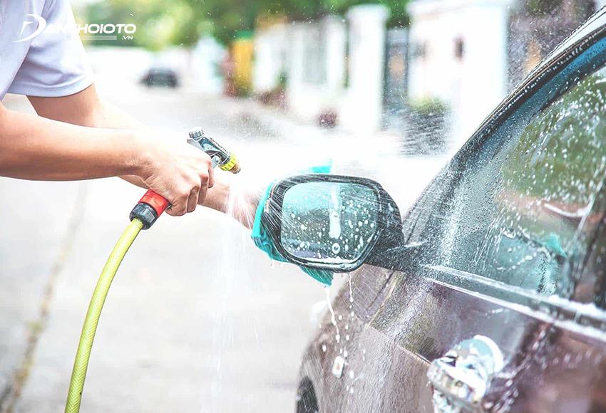 Máy rửa xe mini gia đình giúp xịt rửa xe nhanh chóng mà không tốn nhiều công sức và thời gian