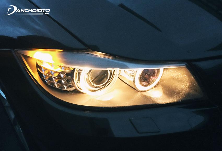Nếu cảm biến ánh sáng trên ô tô nhận ra ánh sáng xung quanh yếu sẽ truyền tín hiệu cho bật đèn xe