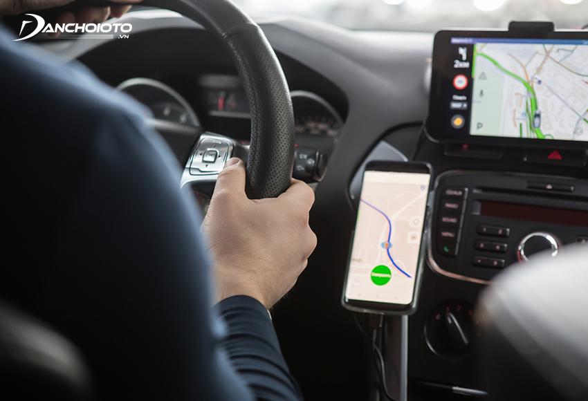 Sử dụng giá đỡ điện thoại ô tô giúp đảm bảo sự tập trung, lái xe an toàn hơn