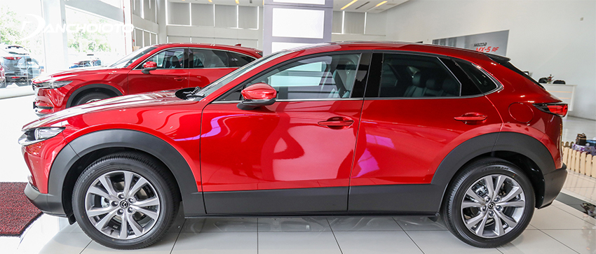 Thân xe Mazda CX-30 2021 trông cao, vững chãi, mạnh mẽ hơn nhờ phần ốp nhựa to bản bên dưới