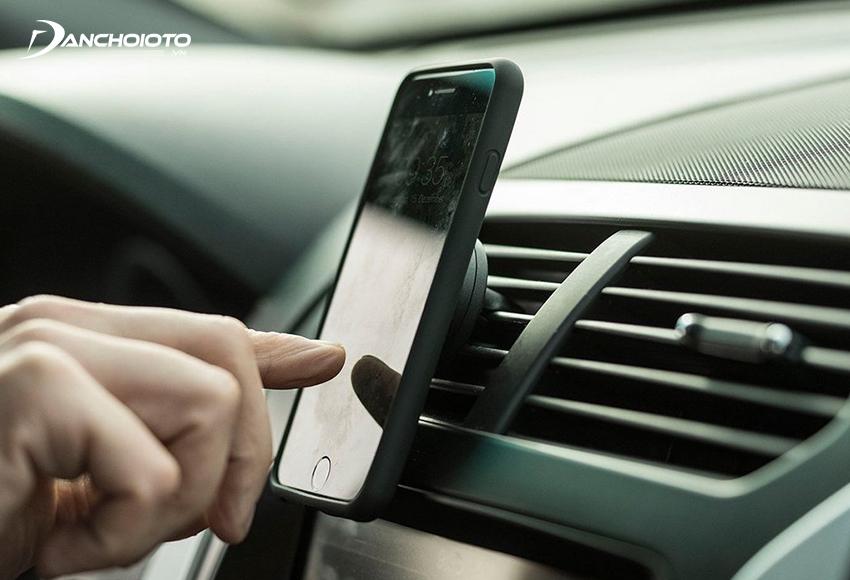 Thông qua giá đỡ, người lái có thể dễ dàng thao tác trên điện thoại khi cần
