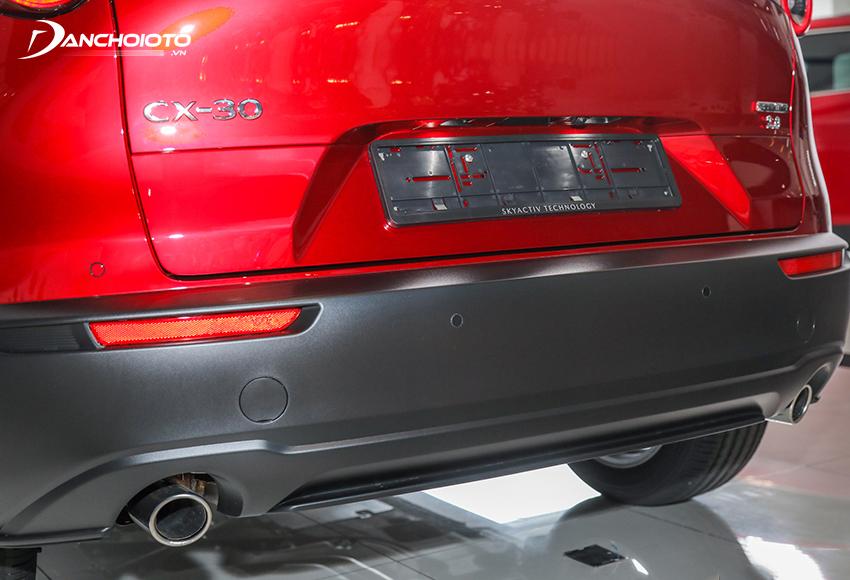Toàn bộ cản sau Mazda CX-30 đều được ốp nhựa đen bản to cứng cáp
