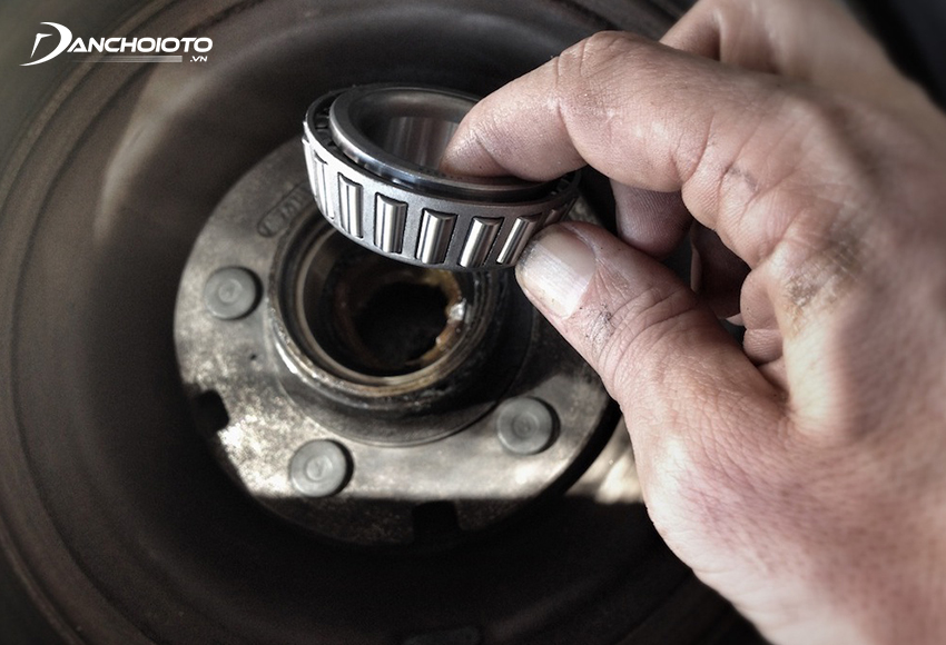 Vòng bi bánh xe bị lỏng, hư hỏng có thể khiến xe bị rung lắc