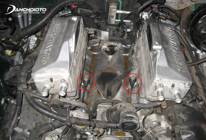 Cảm biến kích nổ có nhiệm vụ ghi lại các rung động của động cơ ô tô do hiện tượng kích nổ gây ra và truyền về ECU