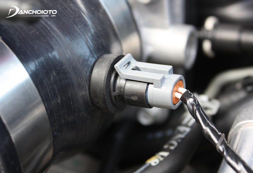 Cảm biến nhiệt độ khí nạp ô tô có cấu tạo gồm một điện trở nhiệt với trị số điện trở âm