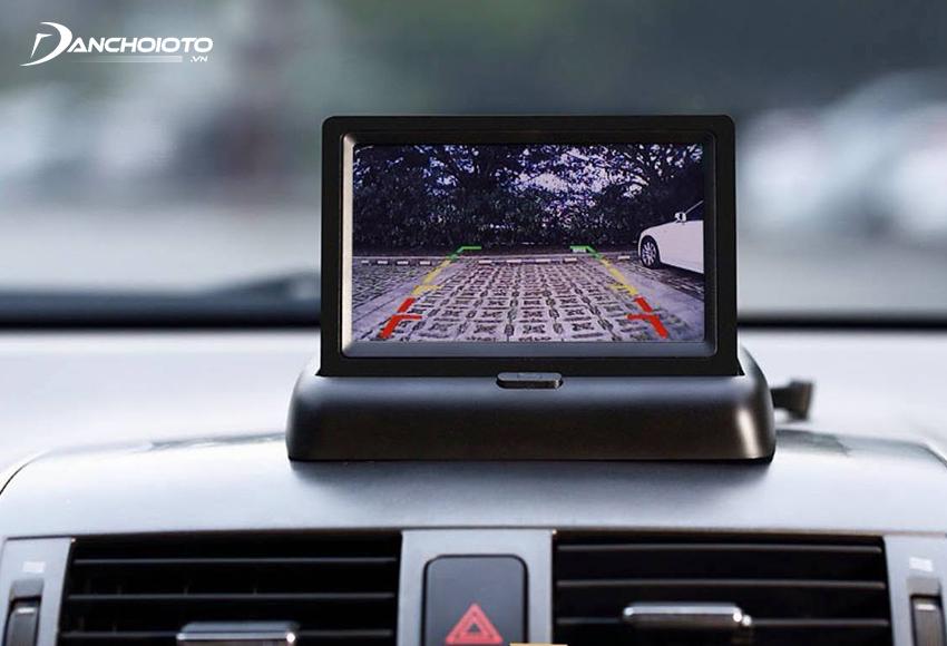 Camera lùi cung cấp toàn bộ hình ảnh phía sau xe để hỗ trợ người lái quan sát và lùi xe an toàn