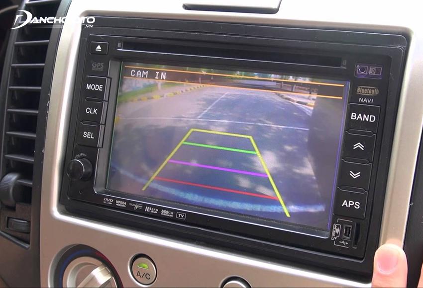 Camera tiến mũi xe giúp cung cấp toàn bộ hình ảnh khu vực trước đầu xe
